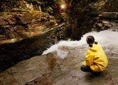 Mujer en cascada — Foto de Stock