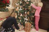 De boom verfraaien voor kerstmis — Stockfoto