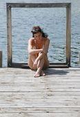 Mulher senta-se sozinho em uma doca — Foto Stock