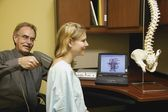 Dottore la schiena del paziente esame — Foto Stock