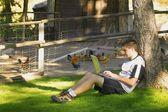 Teen lavorando sul computer di fuori — Foto Stock