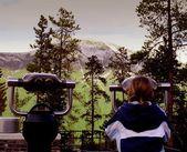 Tourist Using Scope To See The Mountain — Stock Photo