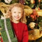 Çocuk Noel hediyesi ile — Stok fotoğraf