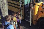 Dzieci ładowanie Autobus szkolny — Zdjęcie stockowe