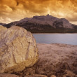 Foto Stock: Rocky Shore And Lake
