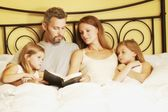 Family In Bed Reading Bible — Stok fotoğraf