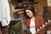 Las compras de ropa de mujer — Foto de Stock