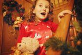 Kind komt neer de trap op kerstochtend — Stockfoto