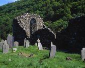 Lápides e ruínas, glendalough histórico mosteiro — Fotografia Stock
