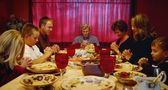 Family Praying Around Thanksgiving Table — Stockfoto