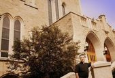 Un sacerdote in piedi fuori dalla chiesa — Foto Stock