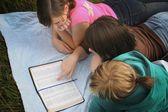 Teenagers Studying The Bible — Stock Photo