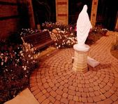 Statue Of Mother Mary In Garden — Stockfoto