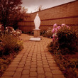 Mother Mary Statue In Garden — Stock Photo