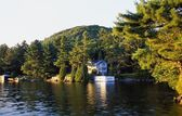 A Cottage On A Lake — Stock Photo