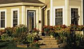 The Front Entrance Of A House With A Flower Garden — Stock Photo