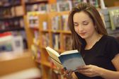 Student Reading In Library — Stockfoto