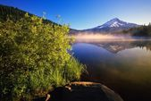 Sunrise Fog On Trillium Lake, Reflection Of Mount Hood — Stock Photo
