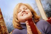 Bíblia de exploração de mulher — Fotografia Stock