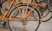 An Old Orange Bicycle — Stockfoto