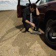 Man Changing Flat Tire — Stock Photo