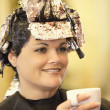 Stockfoto: WomHaving Her Hair Dyed