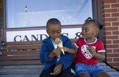 Boy And Girl Sharing Ice Cream Cone — Stock Photo
