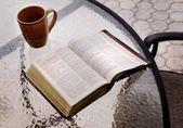 Bibel auf einem tisch — Stockfoto