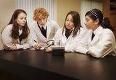 Studenti nella classe di scienze — Foto Stock