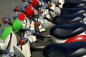 Скутеры в ряд — Стоковое фото
