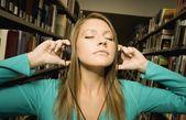 Estudiante escuchando música — Foto de Stock