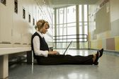 Studente a lavorare su un computer portatile — Foto Stock