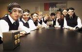 Studenti in un laboratorio scientifico — Foto Stock