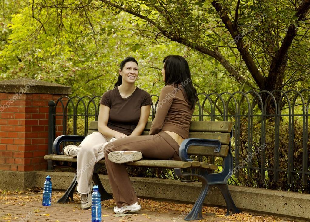 Dos Mujeres Sentadas En Un Banco Del Parque