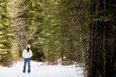 Genç kız ormanda — Stok fotoğraf