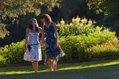 Mulheres jovens passeando pelo parque — Fotografia Stock