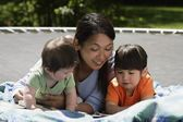 Mother And Children Reading — Stock Photo