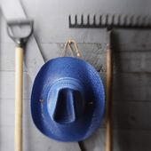 Hat Hanging With Gardening Tools — Stock Photo