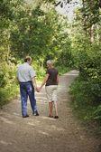 夫と妻の上を歩くトレイル — ストック写真