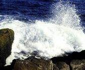 Waves Crashing On Rocky Beach — 图库照片