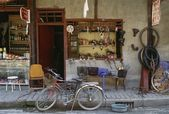 Bicycle In Front Of Bicycle Repair Shop — Stockfoto
