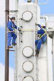 Bir petrol rafinerisinde çalışan insanlar — Stok fotoğraf