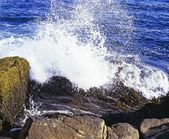 Large Wave Crashing On The Rocks — Stock Photo