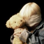 Boy With Bandage On Eyes And Holding Teddy Bear — ストック写真