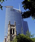 Historic Church Juxtaposed Against Modern Skyscraper, Montreal, Quebec — Stock Photo