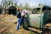Paar küssen auf einem alten lastwagen — Stockfoto