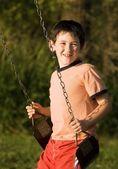 Junge auf einer schaukel — Stockfoto