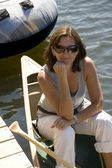 Woman in canoe by dock — Stockfoto