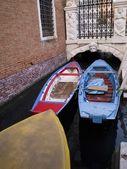 Barcos en un canal, venecia, italia — Foto de Stock