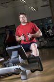 Człowiek pracy w siłowni — Zdjęcie stockowe